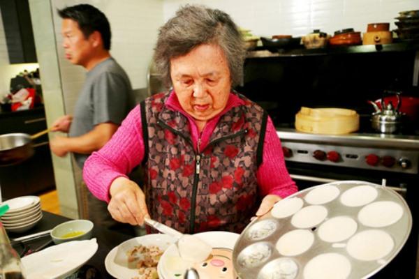 bà Quyên Trần chuẩn bị món bánh bèo
