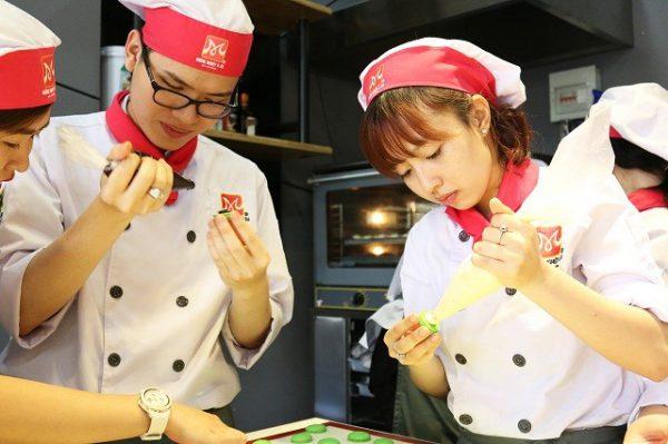 học viên đua nhau làm bánh
