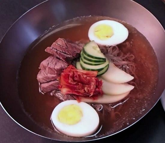 Cách nấu món mì lạnh của Hàn Quốc  Đọc thêm: http://vnhow.vn/howto/cach-nau-mon-mi-lanh-cua-han-quoc#ixzz3WncftRrF  Follow us: vnHow on Facebook