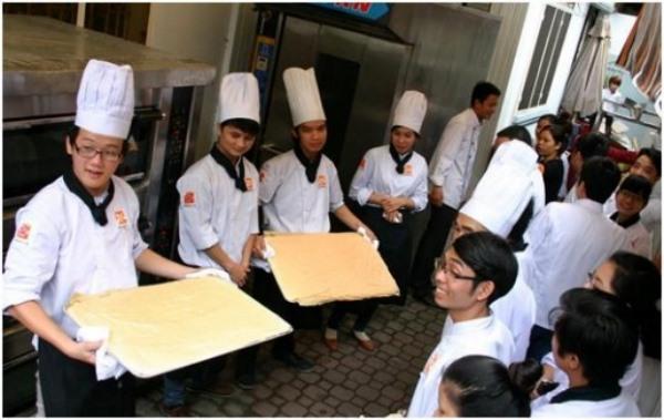 học viên tham gia làm bánh