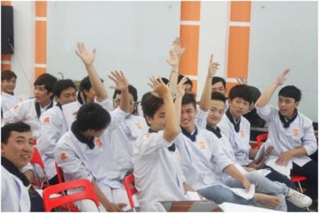học viên sôi nổi phát biểu