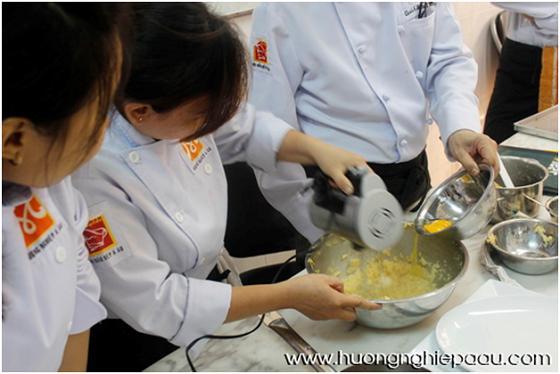 học viên rây bột và đánh trứng