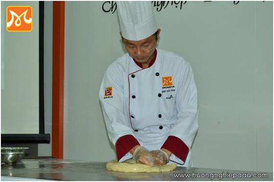 thầy Toan nhào bột làm mì