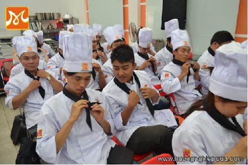 học viên thực hành thắt khăn