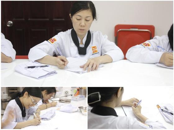 học viên chép đề cho buổi thi