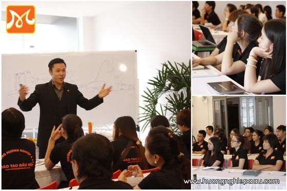 học viên lắng nghe những kiến thức