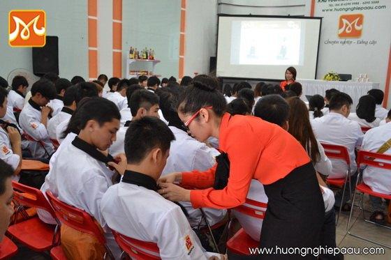 hướng dẫn học viên mặc đồng phục