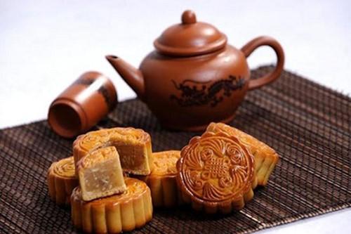 thưởng thức bánh trung thu truyền thống