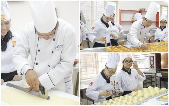 Thầy Phạm Tiến đang hướng dẫn các bạn học viên thực hành các loại bánh Croissant, Fruit Danish và Focaccia bread