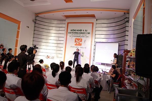 Tiết mục biểu diễn showmanship do Bartender Đinh Quang Nam - Chill Skybar trình bày