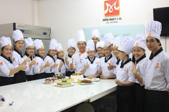 giay phut hanh phuc cua thay tro bep banh BB25