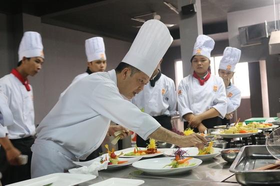 Thầy Đoàn Minh Tâm trong một buổi dạy nấu ăn với các học viên
