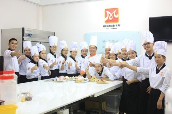 Thầy Giang Tuấn Vinh cùng các học viên Bếp Bánh