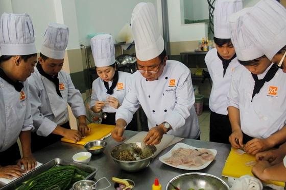 Thầy Nguyễn Thanh Tùng trong một buổi hướng dẫn học viên thực hành