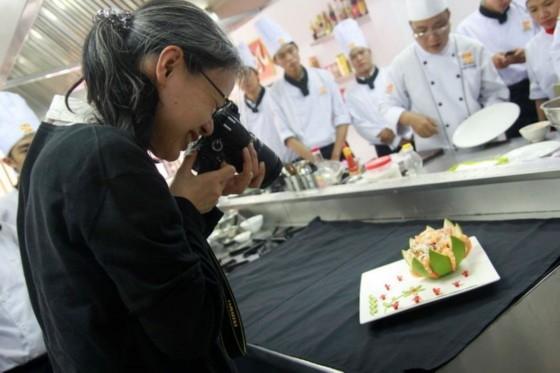 omura mika đang chụp hình cận cảnh