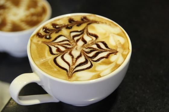 Hình vẽ latte art đẹp mắt trên những ly cà phê Ý thơm phức khiến nhiều người mê mẩn