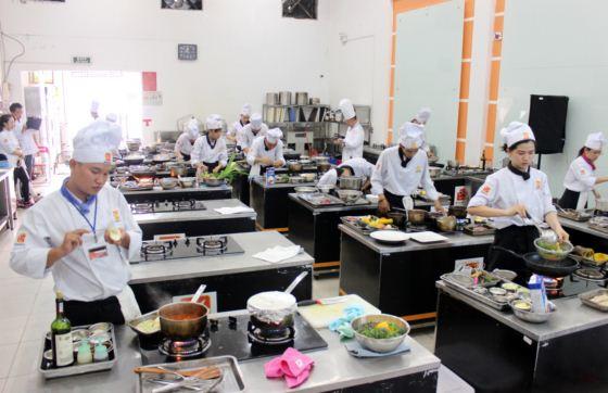 học viên tập trung bài thi thực hành