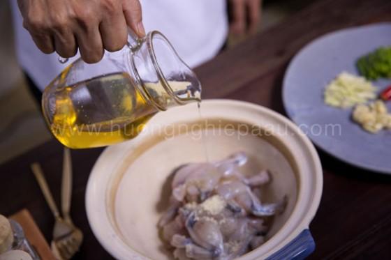 ướp thịt ếch với tỏi và dầu ăn