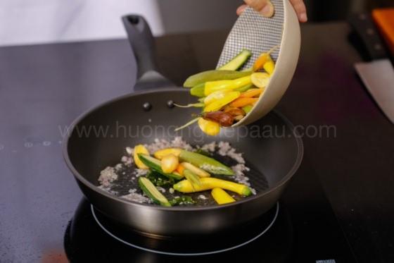 Xào rau củ quả với cà ri dê