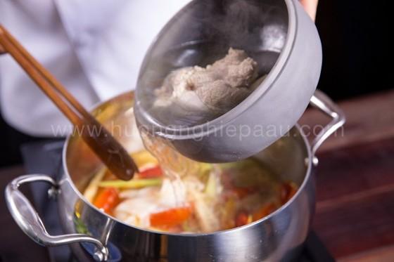 thêm nước ninh xương vào nấu nước lẩu