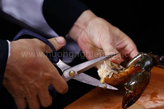 Dùng kéo để cắt cua