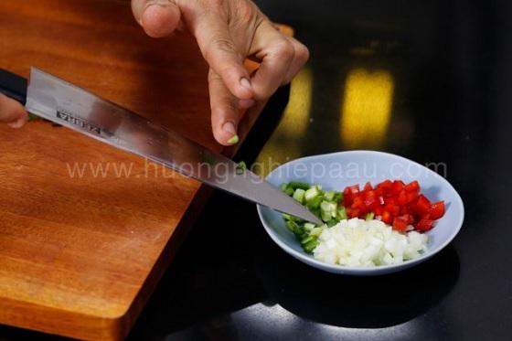 Hành tây, hành lá, ớt chuông cắt nhỏ