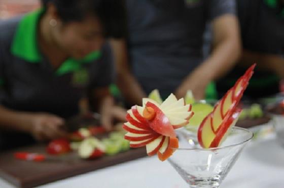 Một tác phẩm cắt tỉa trái cây từ táo