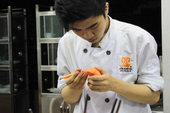 Học viên trực tiếp thực hành cắt tỉa cà rốt trong khóa học