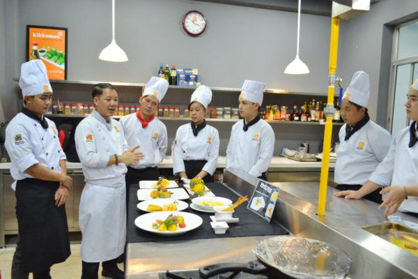 thầy truyền đạt các kỹ năng nghề bếp cho học viên