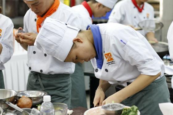 Học viên trổ tài chế biến món ăn.