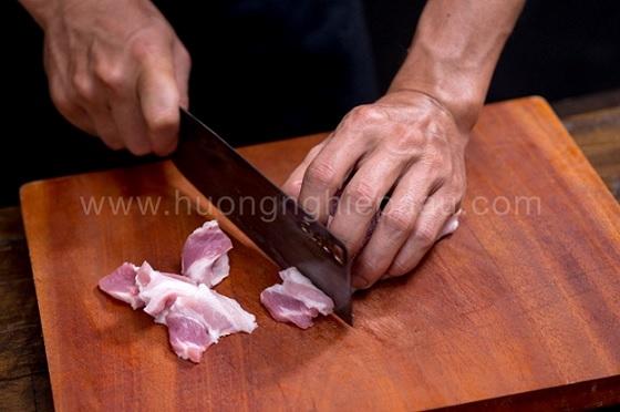 Thớt màu đỏ thường dùng để chế biến các loại thịt đỏ, thịt tươi sống