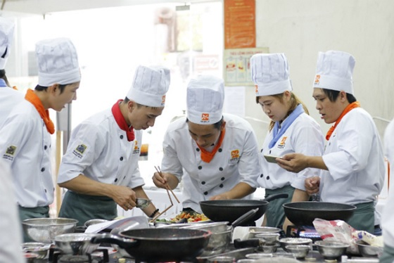 Từng đội thi tự tin trổ tài chế biến món ăn.