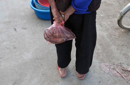 người dân mua thịt chuột