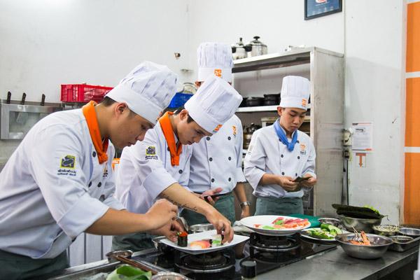 Học viên tham gia cuộc thi nấu ăn