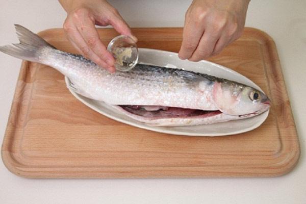Chà xát muối khô lên khắp mình cá