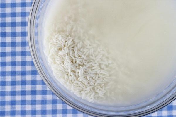 Ngâm gạo cho nở mềm