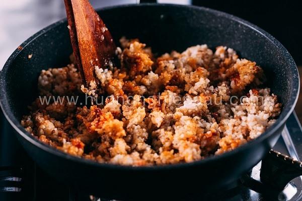 Trộn cơm trắng với thịt bằm