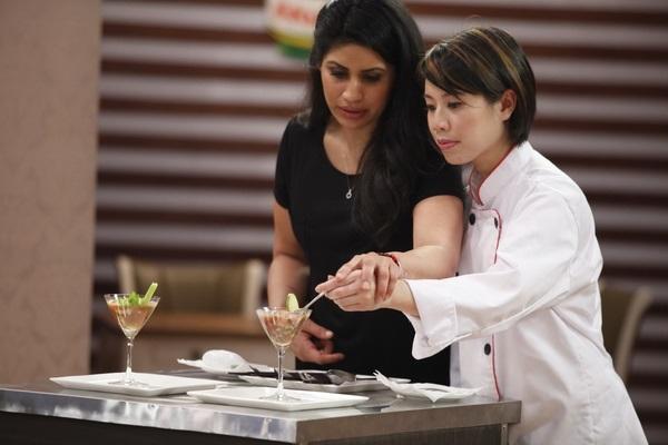 Christine Hà thử món ăn của Anh Thư