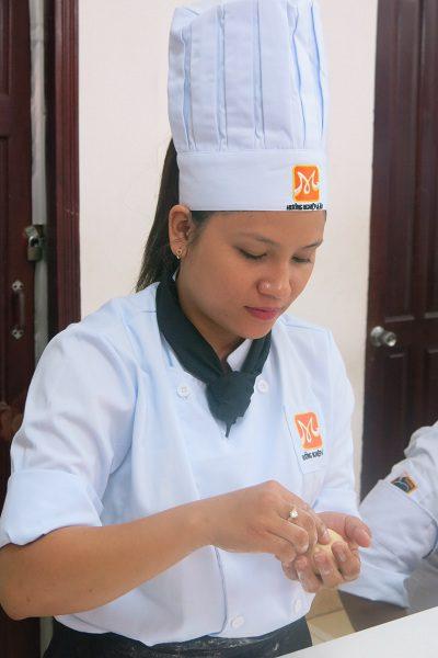 Cô thợ làm bánh
