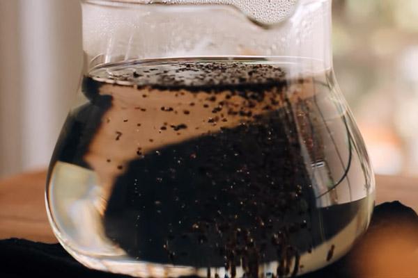 Ủ trà đen với nước sôi
