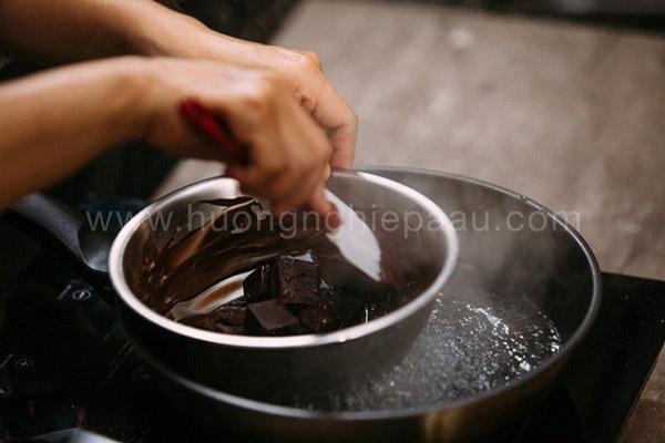 Làm tan chảy chocolate đen