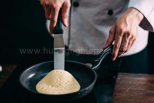 Chiên bánh cho vàng