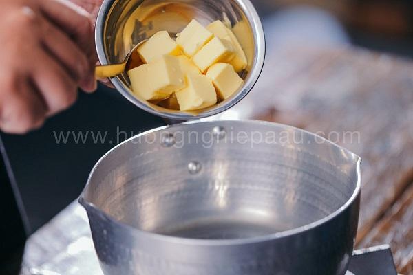 Cho bơ, đường, muối cùng với nước