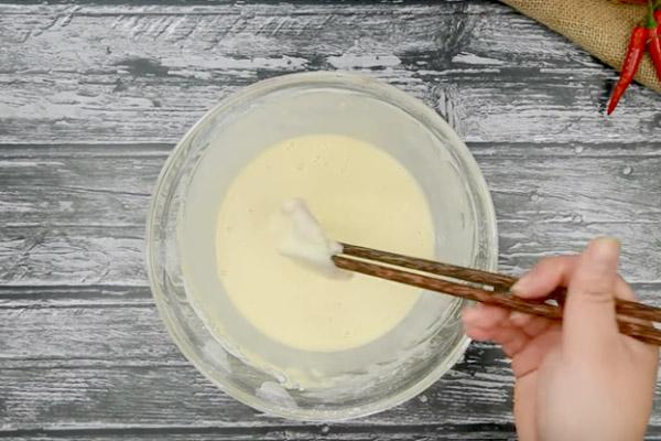 cho mực vào bát hỗn hợp trứng