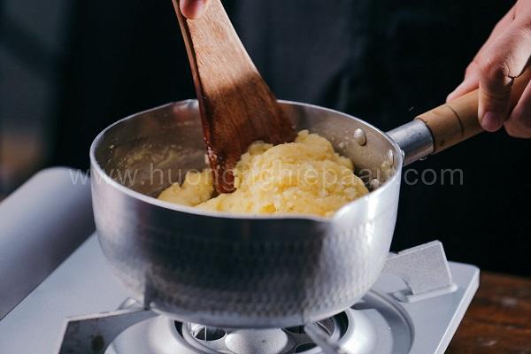 Cho thêm trứng vào khuấy