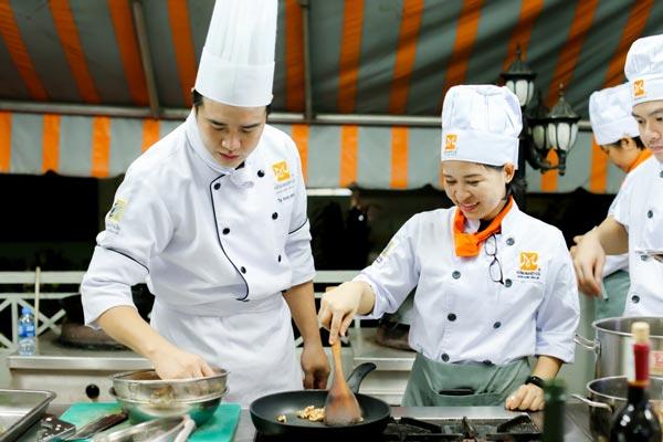 Lớp học nấu ăn tại trung tâm