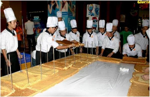 học viên ráp thành một khối bánh