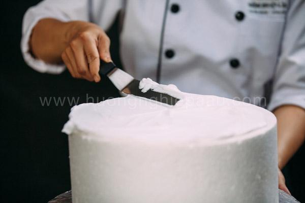 Phủ kem lên mặt và thành bánh