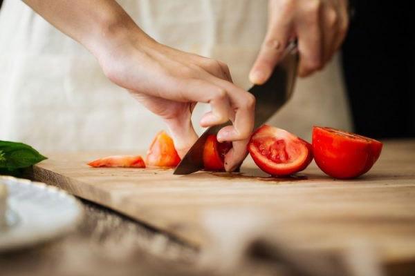 Cắt nhỏ cà chua để khi xay sinh tố