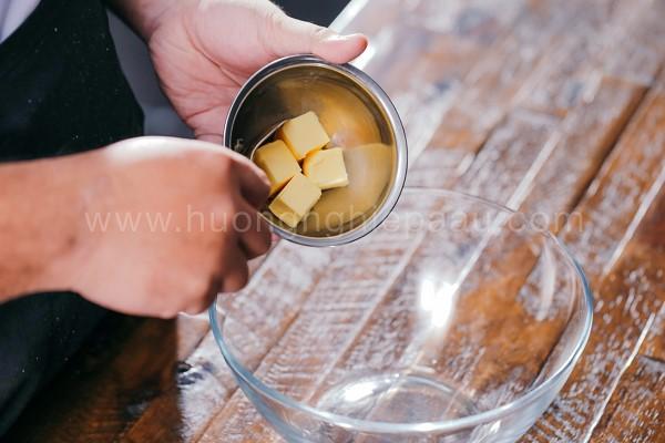 Cho bơ vào trong âu